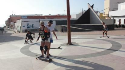 Skate lesson in El Cotillo, Fuerteventura.
