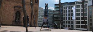 Longboarder Carl Foelster mit einem Handstand in Hamburg