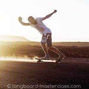 Rasante Stand up Slides im Longboard Tutorial für Fortgeschrittene mit Carl Fölster lernen.