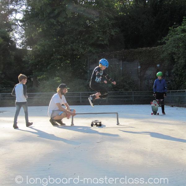 Hippie Jump lernen beim Longboard-Unterricht