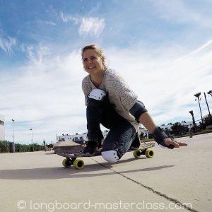 Longboard Anfänger während des Skatekurses