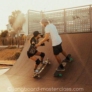 Longboard Trainer Carl mit Skateschüler in der Miniramp