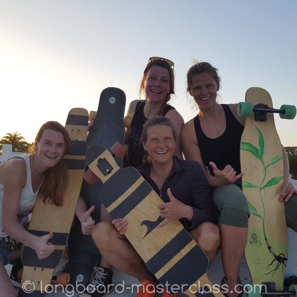 Longboard Mädchen Gruppe beim Skate-Kurs in Marburg