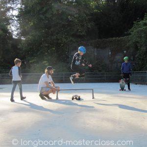 Longboard Tricks wie den Hippie-Jump im Longboard Skatekurs für Kinder lernen.